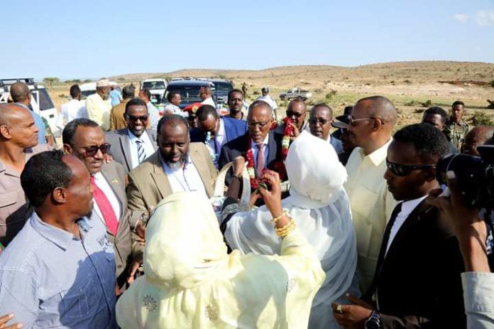 Madaxweynaha Jamhuuriyadda Somaliland iyo wefti uu hoggaaminayo oo si Ballaadhan Loogu Soo Dhaweeyey Magaalada Burco